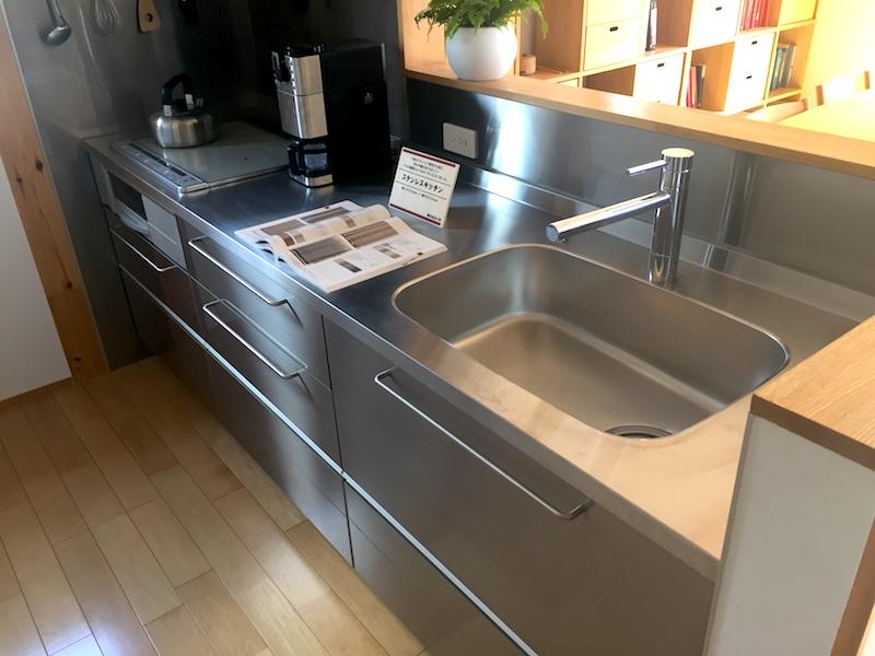 無印良品の家のステンレス製のキッチン