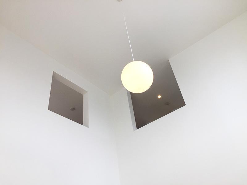 2階の窓と照明