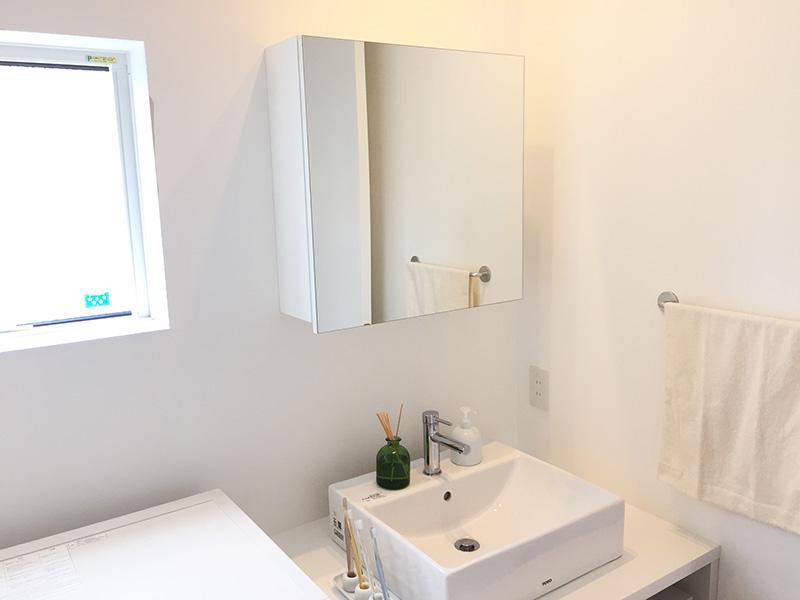 洗面台も白で統一されたTOTO製