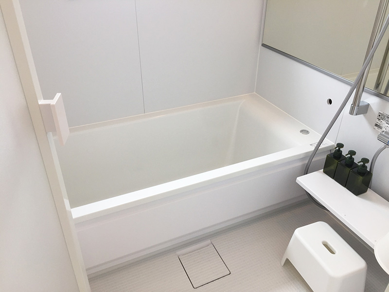 浴室は白いスクエア浴槽