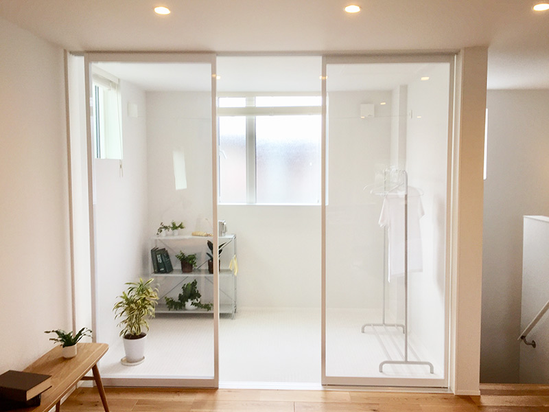 室内物干しは床も白くて明るい