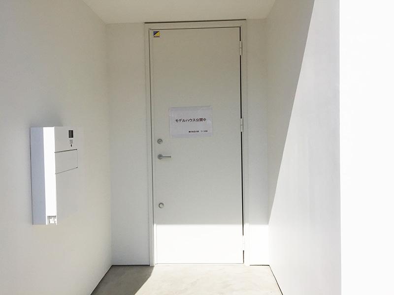 真っ白な玄関ドア