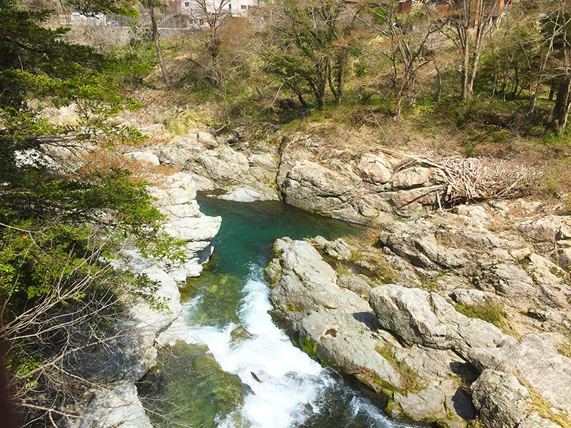 激流になっている秋川