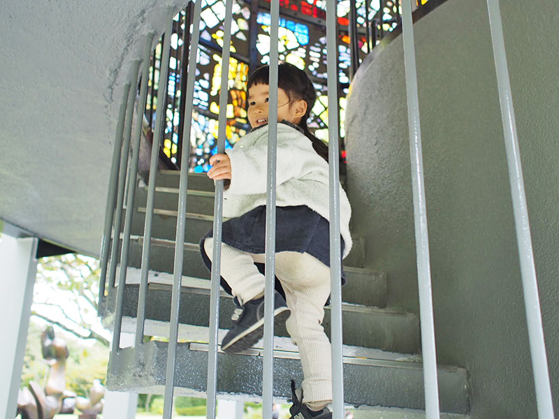 シンフォニー彫刻で得意気に階段を上がる