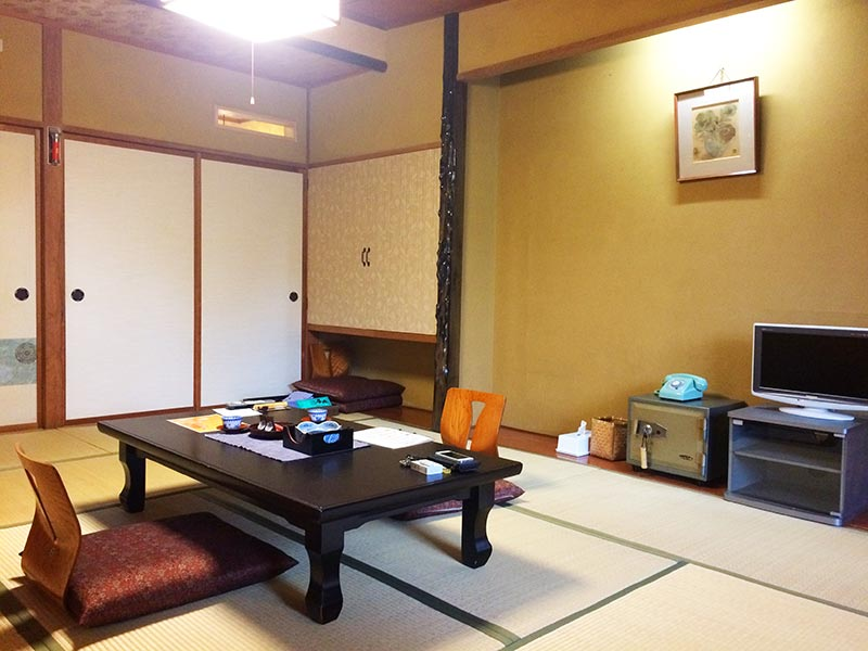 村上館湯伝の客室