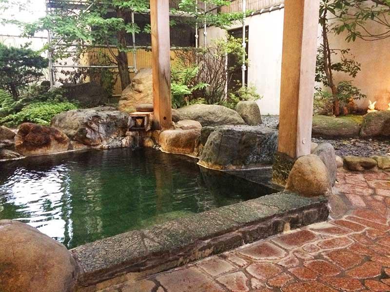 村上館湯伝の露天風呂