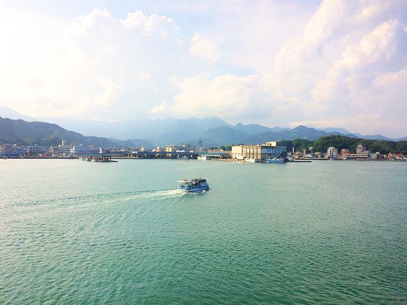 ホテル中の島から望む専用船