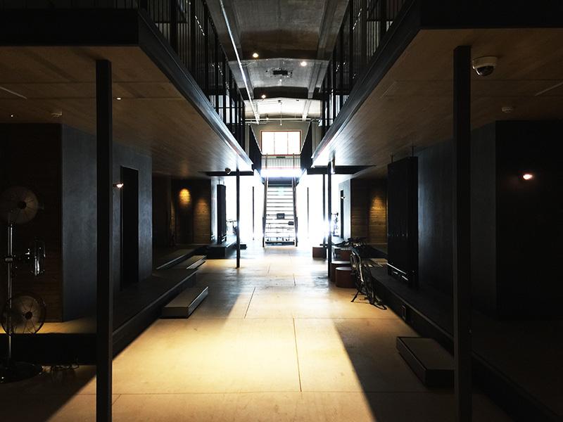 ホテルは建物の一番奥