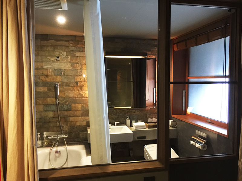 ガラス張りのバスルーム