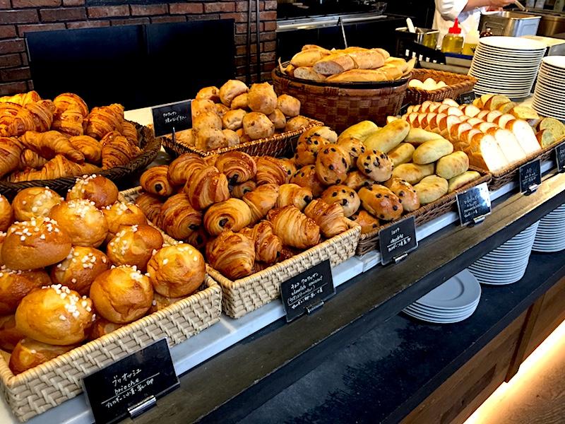 パンが並ぶ朝食ビュッフェ