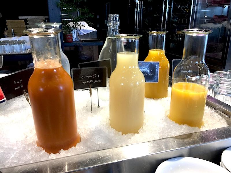 牛乳、野菜にフルーツジュース