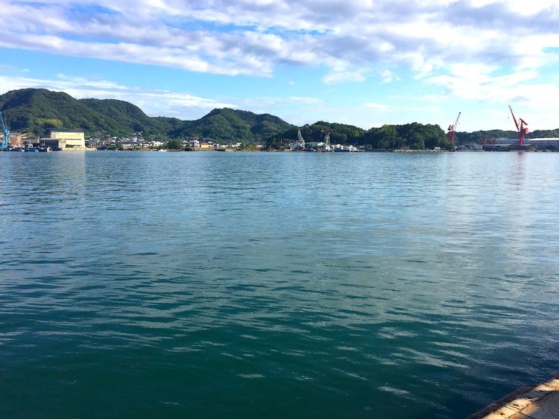 港の景色を眺めながら