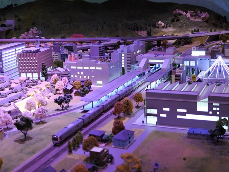 山梨の町並みが舞台の大型のジオラマ