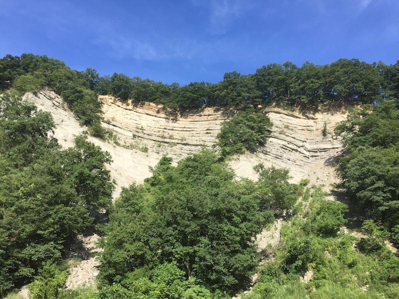 白い岩肌のようばけ