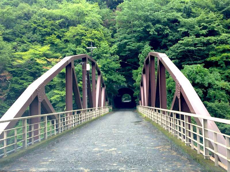 木津呂集落の入り口の橋とトンネル